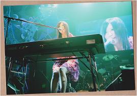 遥奈さんはピアノを弾きながら歌います